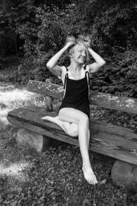 Ich mache mir auf der Bank die Haare strubbelig Foto: © Roland Walter mecker-ich Was passiert demnächst ... Haarestrubbeln